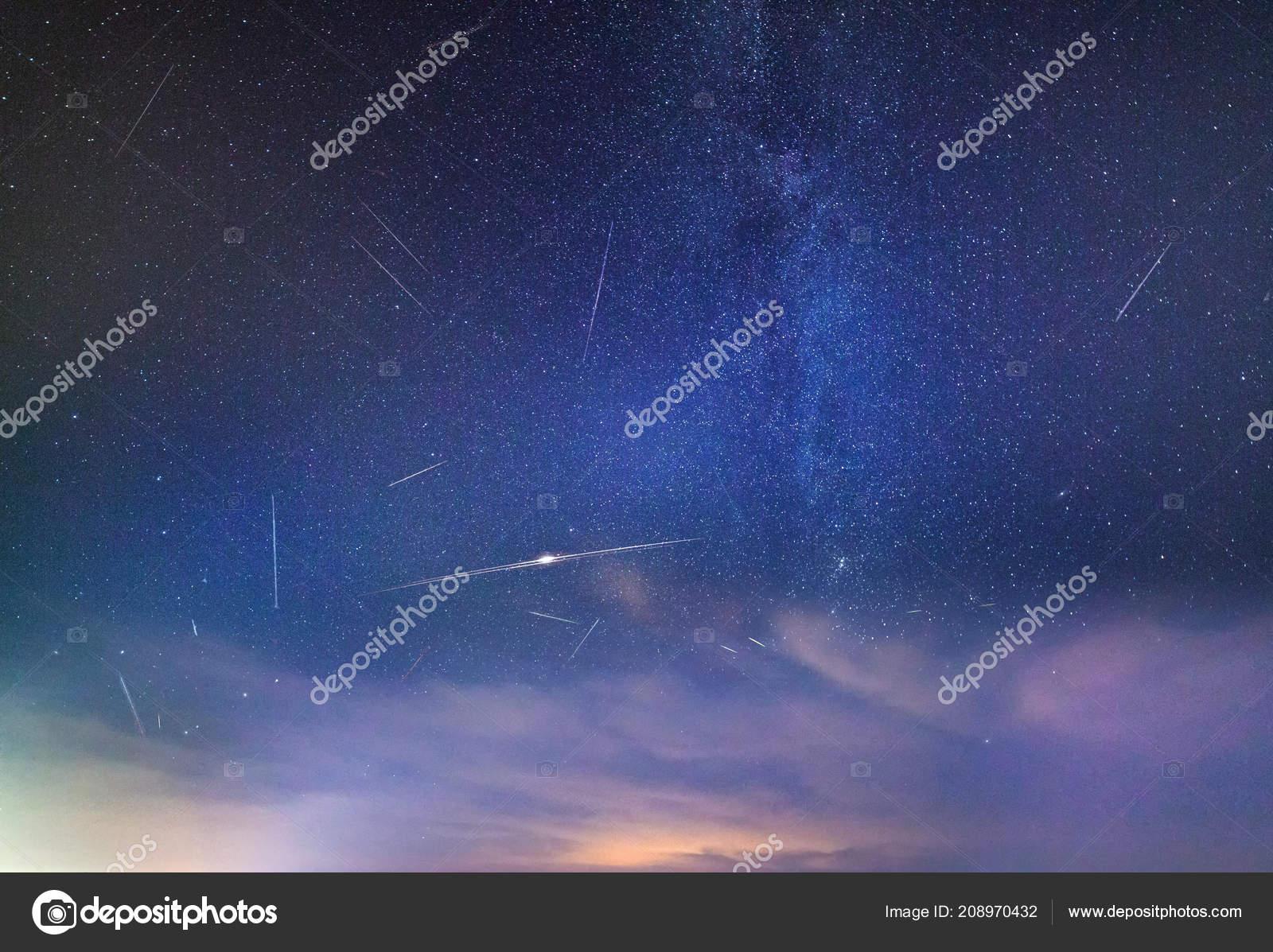 Ciel Rempli étoiles Filantes Pendant Les Douches Perséides