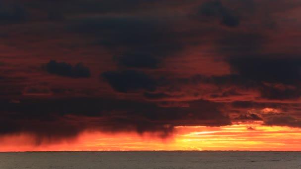táj csodálatos felhők és a nap, a naplemente