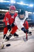 Chlapci hokejista v sportovní akce na ledě