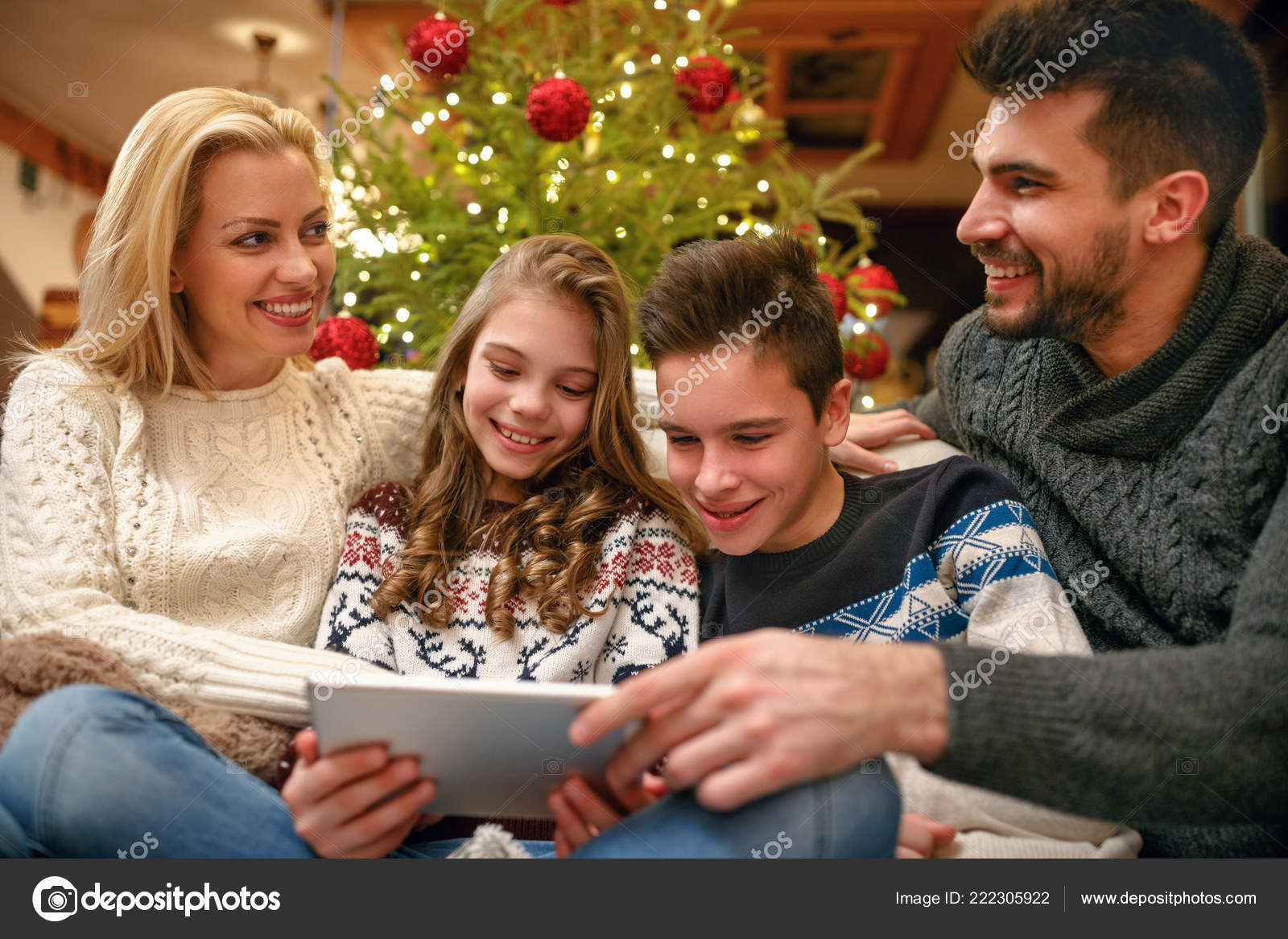 Weihnachtsbilder Suchen.Familie Spaß Beim Weihnachtsbilder Miteinander Suchen Stockfoto
