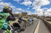 Amboise, Francie - říjen 8,2017: fotograf na kole fotografování odtržení předávání na mostě u zámku Amboise během silniční cyklistický závod Paříž-Tours