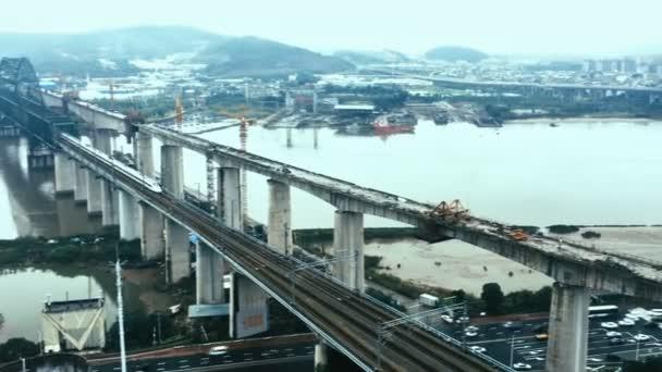 HD časová prodleva - letecký pohled na vysokorychlostního vlaku přejíždějící složité křižovatky, Fuzhou, Čína