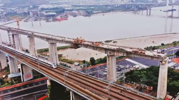 Letecký pohled na vysokorychlostního vlaku přejíždějící složité křižovatky, Fuzhou, Čína