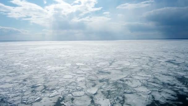 Riss im Eis aus Drohnensicht.