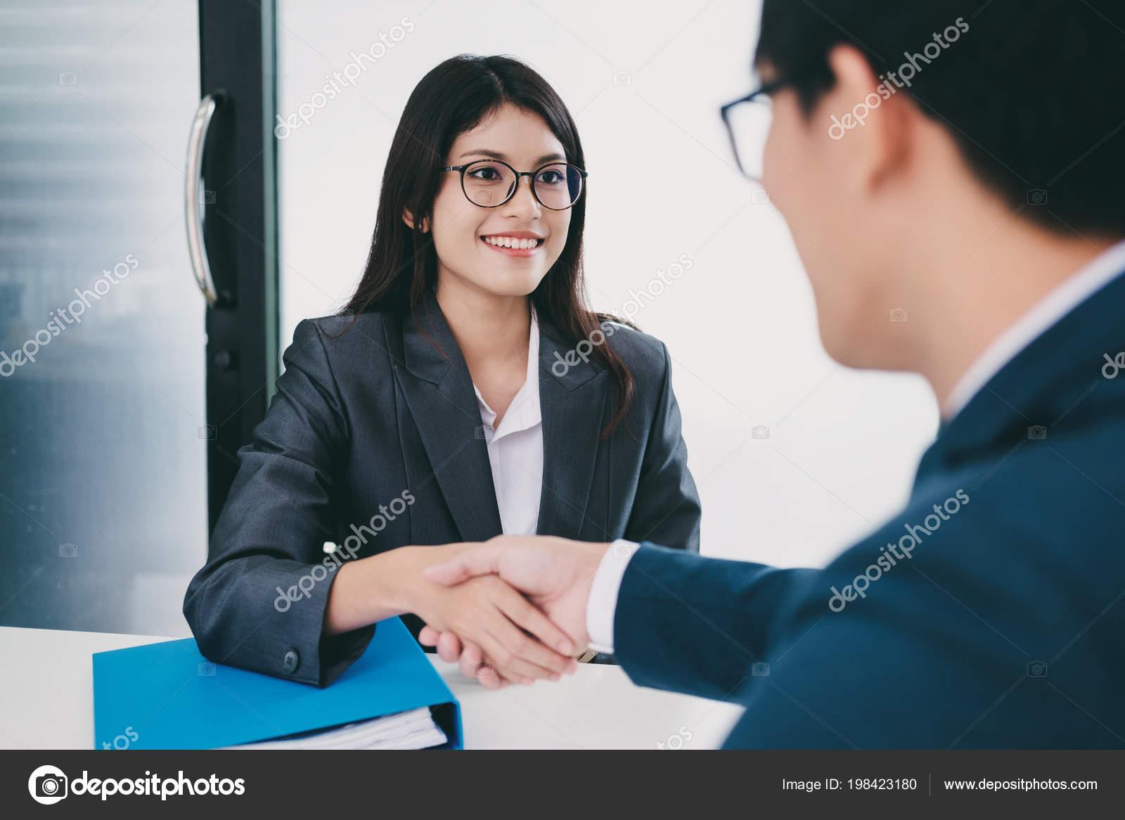 sollicitatiebrief examinator Slimme Vrouw Met Een Succesvol Sollicitatiegesprek Examinator  sollicitatiebrief examinator