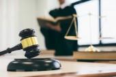 Pojmy práva. Právník nebo soudce práce v kanceláři s kladívkem a vyvážení.
