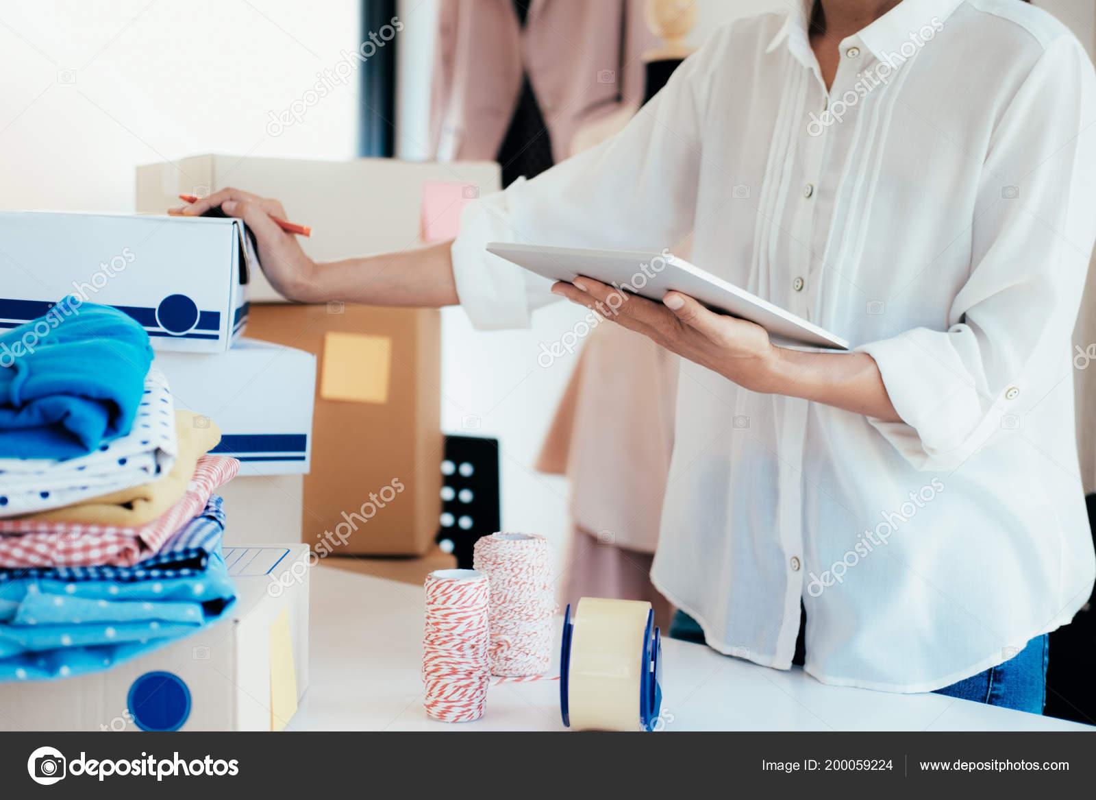 Jeune entreprise démarrage propriétaire vendeur ligne utilisant