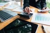 Koncept ekonomické úspory financí a investic. Účetní nebo bankéř použití Kalkulačka