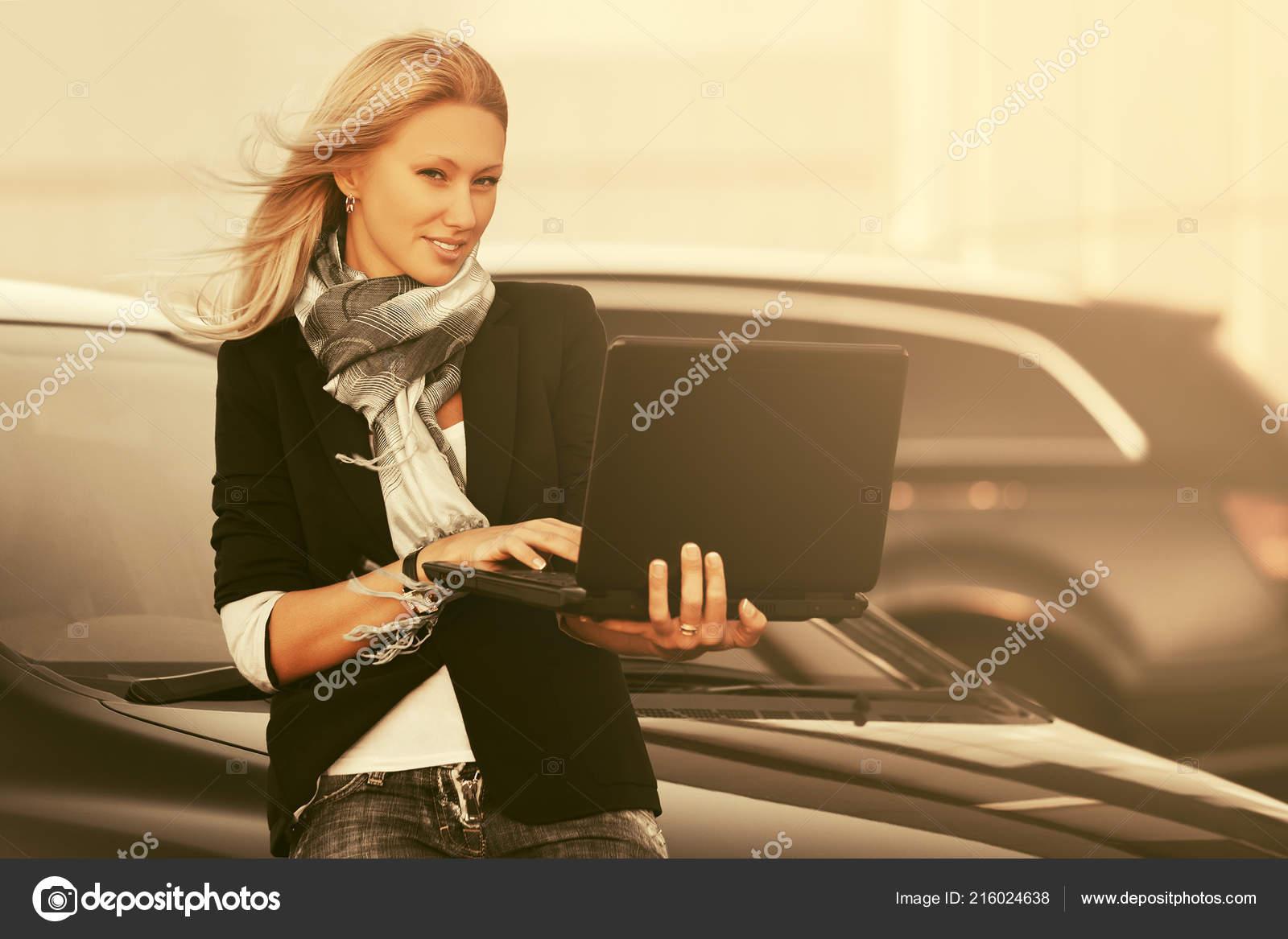 Mulher Negcios Moda Jovem Usando Laptop Lado Seu Carro