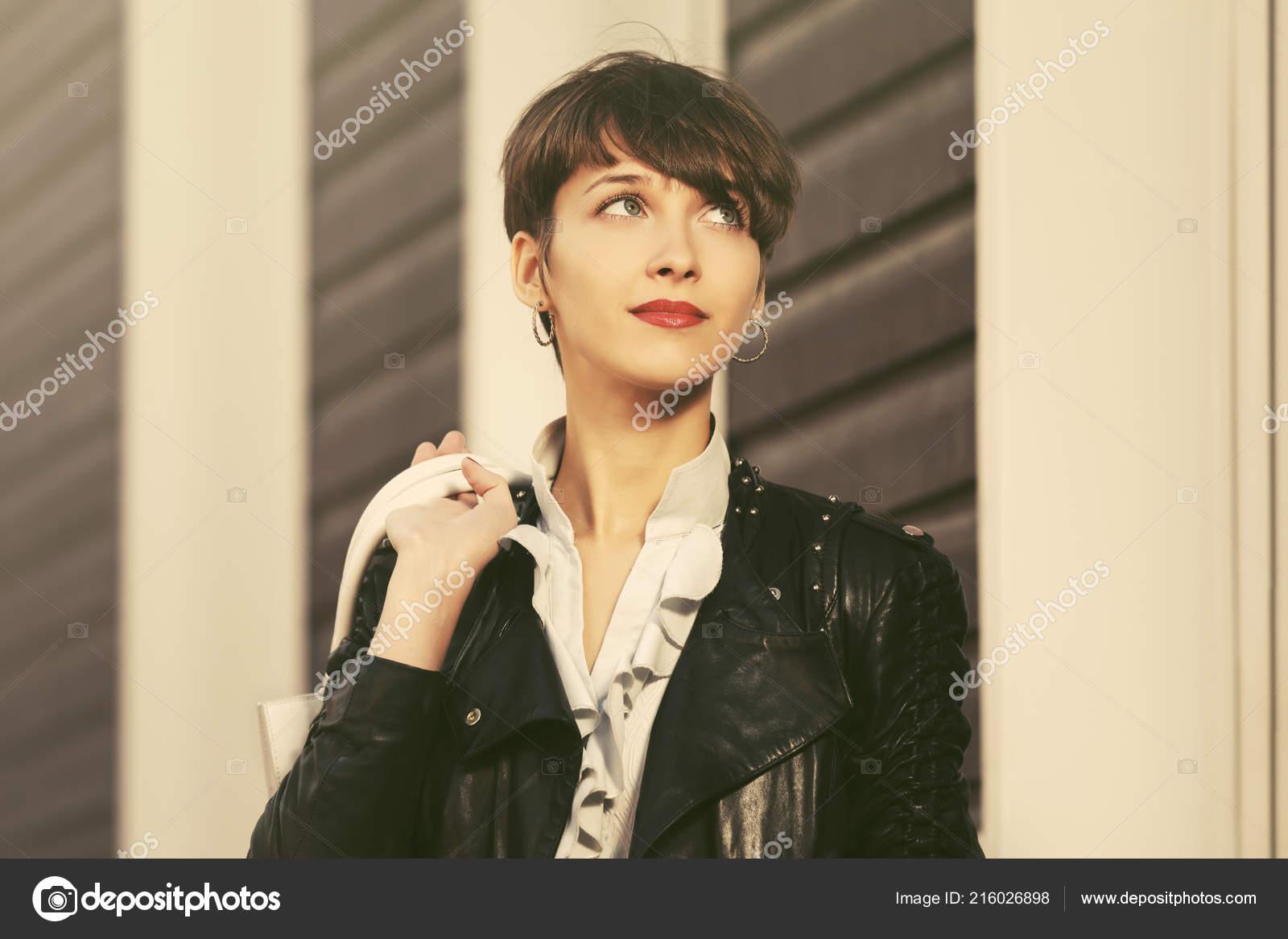 Marchant Jeune Avec Main Sac Femme Heureux Cuir Mode Blouson IbeYWED9H2