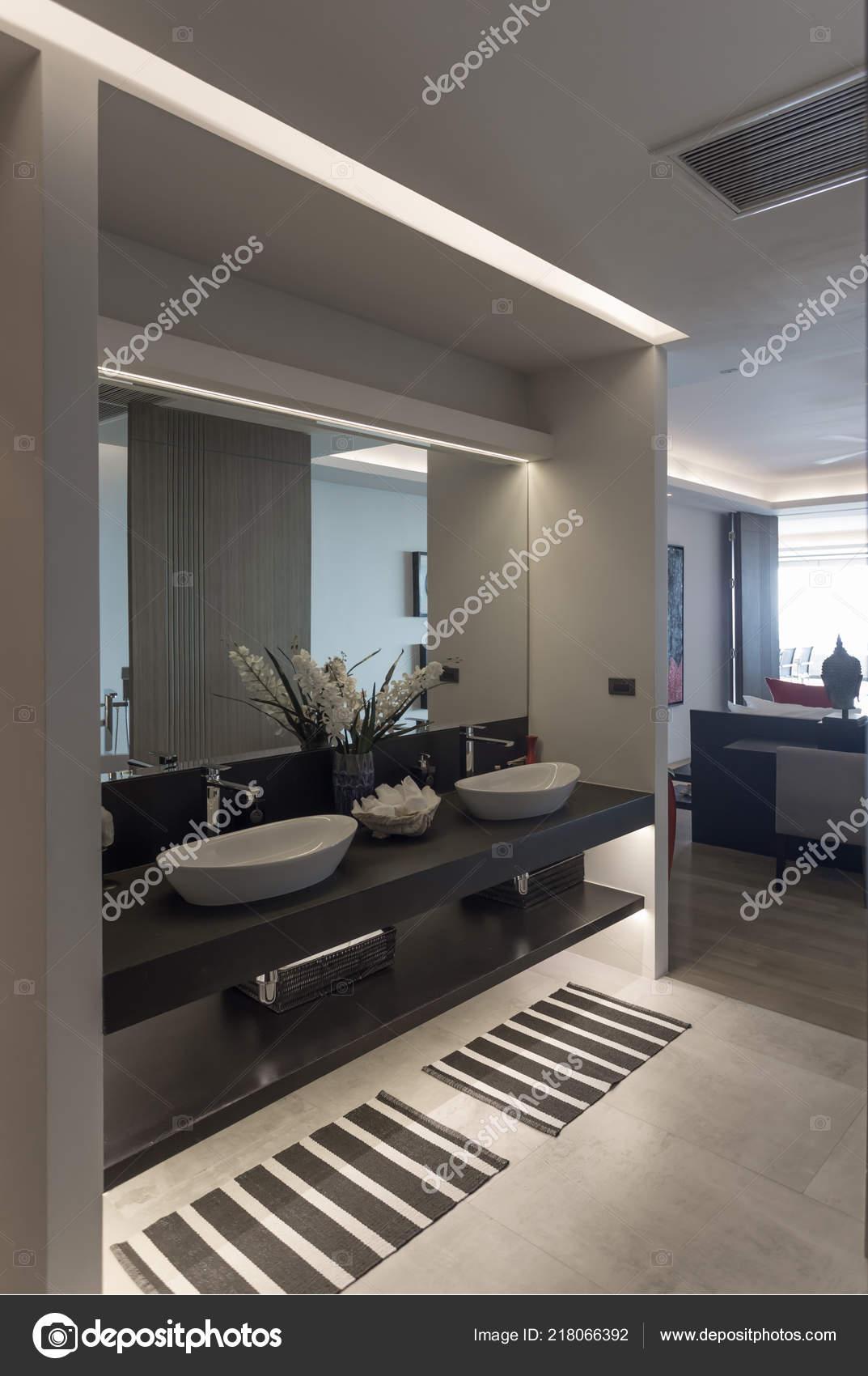Vue Panoramique Style Moderne Belle Salle Bains Avec Double Vasque ...