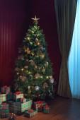 pohled na pěkné bílých Vánocích zdobené krb a vánoční stromeček