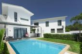 Blick auf schöne moderne Villa bei sonnigem Tag