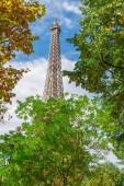 Eiffel Tower, Paříž počátkem podzimu, Francie.