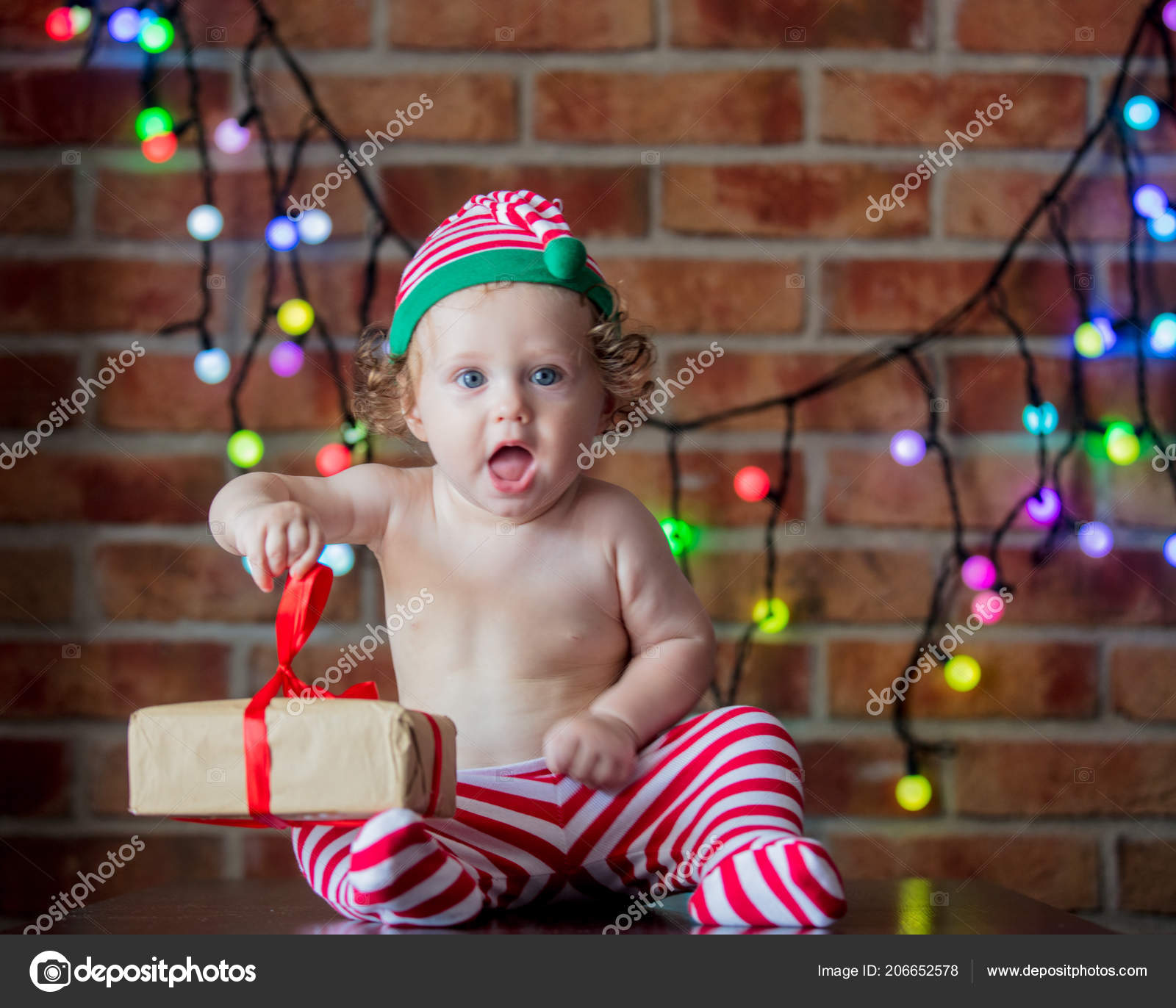 9671c1e274919 Beautiful Little Baby Boy Elf Hat Fairy Lights Background Christmas — Stock  Photo