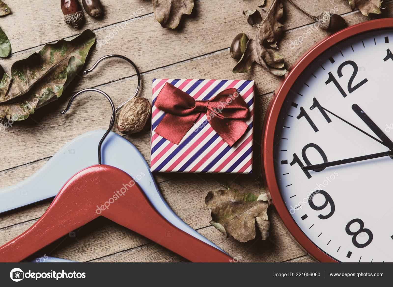 Kleiderbügel Uhr Geschenk Und Laub Stockfoto