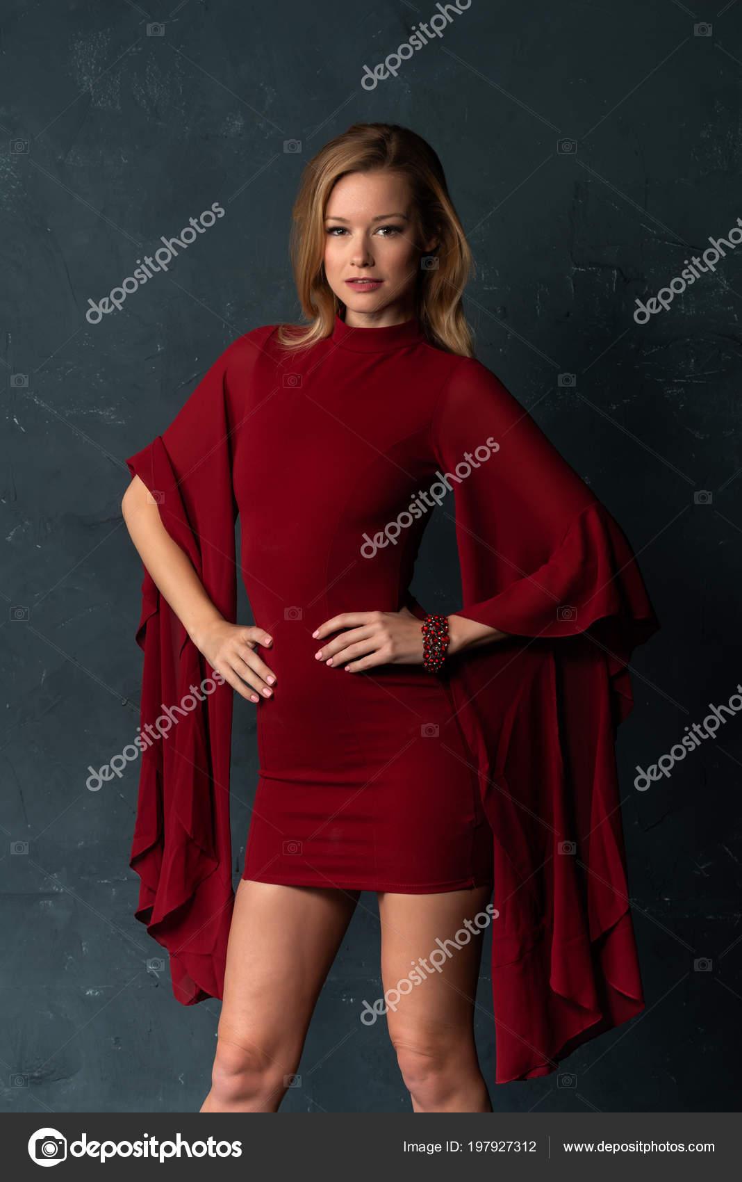 Rode Jurk Korte Mouw.Lange Slanke Blonde Een Korte Rode Jurk Met Omvangrijke Mouwen