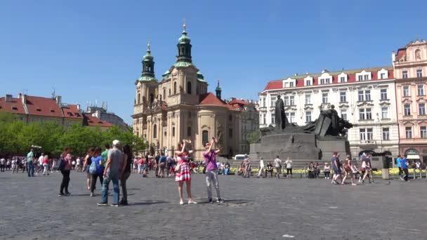 Praha, Česká republika - 21. dubna 2018: turisté na starém náměstí. Jaro v Praze