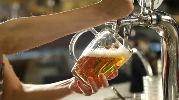 Pivo je lití z vrcholu do skla tvoří vlny
