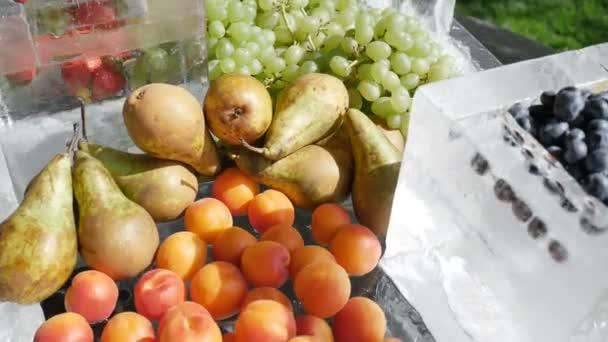Vegyes gyümölcs vendéglátás gyümölcsök jég sárgabarack őszibarack eper szőlő áfonya cseresznye körte. A koncepció az egészséges és egészséges élelmiszerek vegetáriánusok vitamin-koktél 4k.