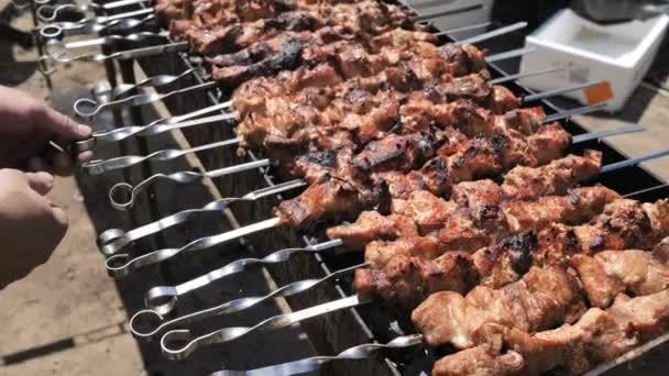 Hranolky se obracejí na míchané šťavnaté, přírodní, vysoce kalorické grilované filé. Skupina BBQ pro velkou firmu