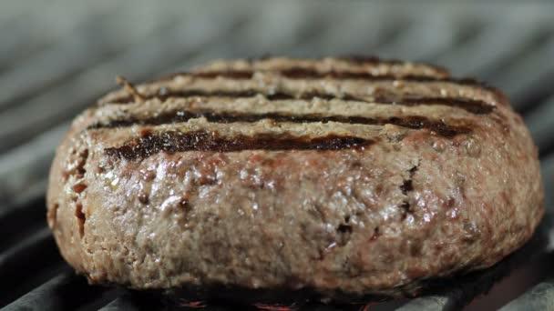 Pečení grilovaných kotlet, uzavření parketové kotlety na pečený gril, ingredience pro Burger