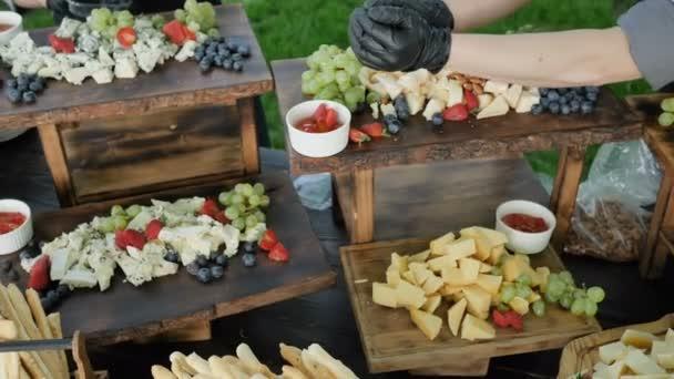 große Auswahl an natürlichen und gesunden Bio-Käse Cheder Gouda Parmesan und Fruchtbeeren und Nüsse für das Fest der jungen Wein 4k. Zeitlupe Kamera Rotation 4k. Catering Service.