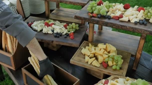 Různé drobné občerstvení pro francouzské víno vyrobené z několika druhů sýrových ořechů ovoce a bobulí. Cateringové služby
