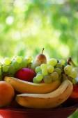 banány, hrozny a zralé plody na koš
