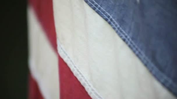 blízko staré americké vlajky, kterou bičoval vítr