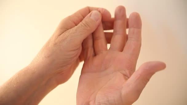 Člověk se pokouší obnovit pocit na konečcích prstů