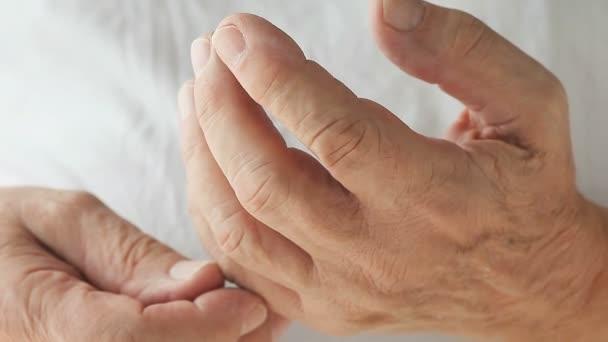 Senior férfi egy remegés egy ujj csak
