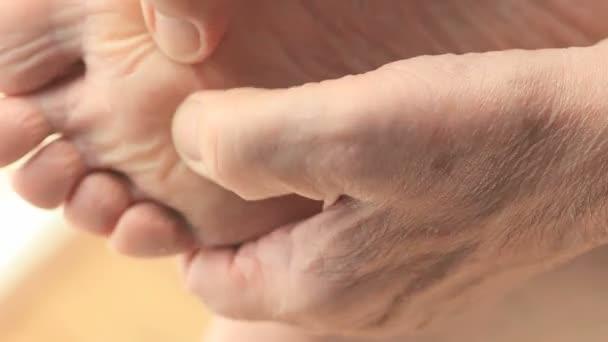 Egy ember masszírozta a fájó lábát