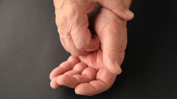Senior akarja megállítani az ujját a remegés