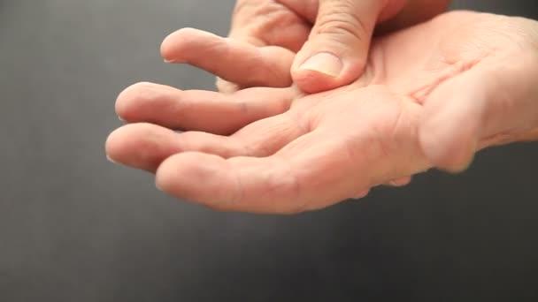 Idős férfi fájós kézzel