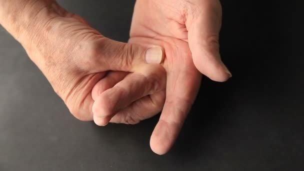 Closeup a vezető ember kényelmetlenséget a kezét