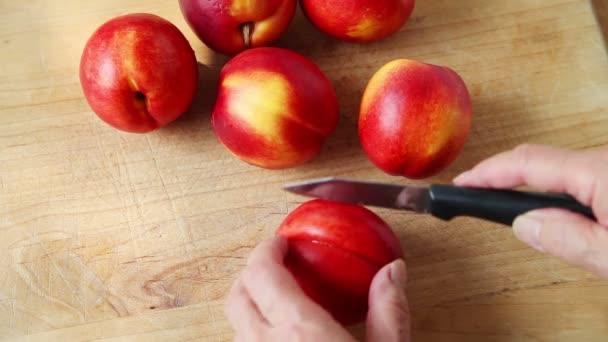 Egy nő készít friss nyári gyümölcsöt