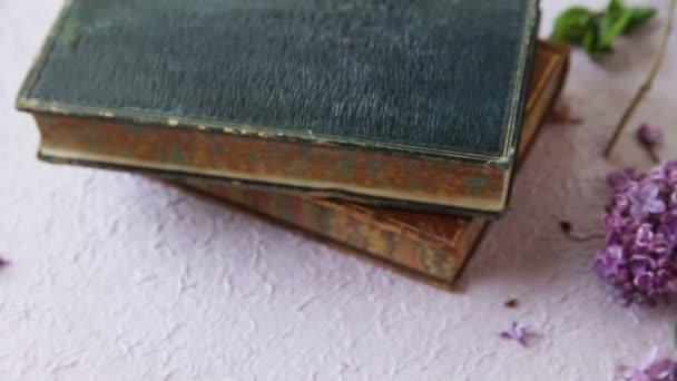 Žena, která se skládá z knih o starožitcích a lilaků, je stále naživu