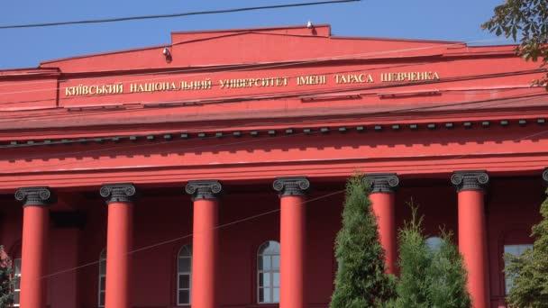 Hlavní průčelí hlavní červené budovy univerzity Ševčenko v městě Kyjev, Ukrajina, září 2018