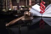 Libro, martelletto Court, tema di legge, maglio di giudice e di paragrafo segno