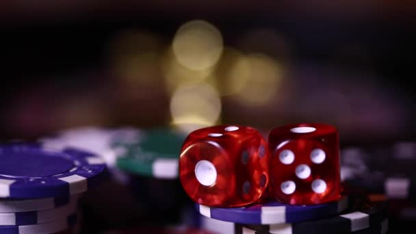 Barevné žetony a karty na stole
