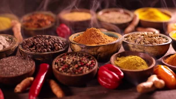 Různé aromatické koření a byliny na kuchyňském stole