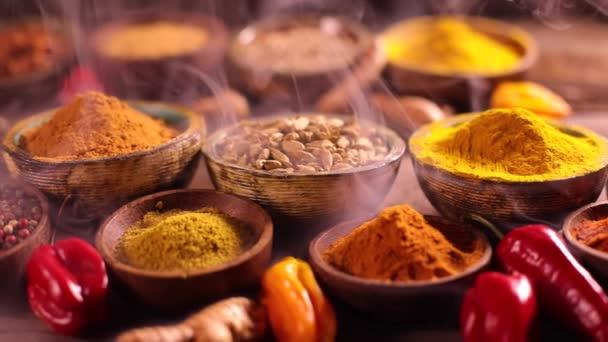 Různé aromatické koření a bylin na kuchyňském stole