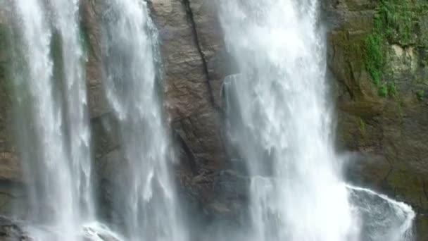 Úžasné zpomalené šplouchání vodopádů