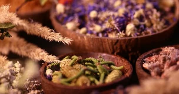 Různé koření a byliny na kuchyňském stole