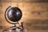 Concetto del globo, legge e giustizia