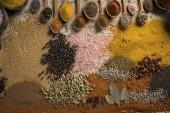 Fotografia Varietà di spezie ed erbe aromatiche sul tavolo della cucina