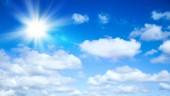 Napos háttér, kék ég a felhők és a nap