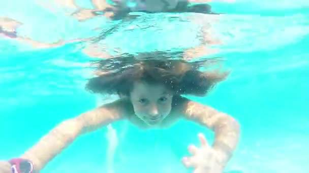 lány merülés közben víz alatti úszás
