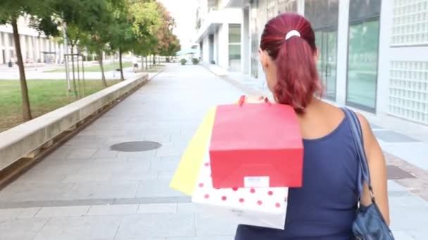 mosolygó nő séta a bevásárló táska
